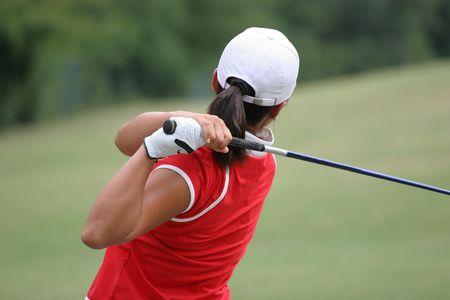フィニッシュでゴルフ女性スイング
