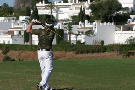 マルベージャで男のゴルフのスイング 写真素材