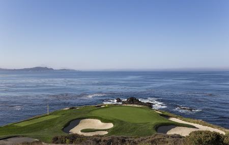 Een zicht op hole 7 op Pebble Beach Golf Links, Monterey, Californië, Verenigde Staten