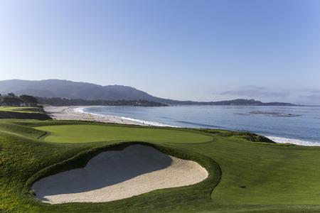 Una vista del campo de golf de Pebble Beach, Monterey, California, EE.UU. Foto de archivo - 38006494
