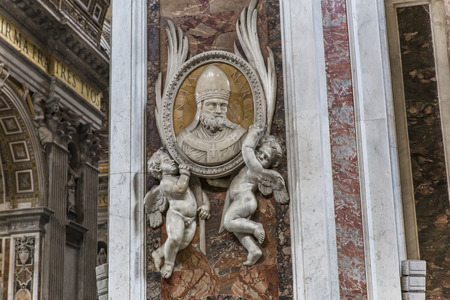basilica di san pietro: VATICAN CITY, VATICAN � JUNE 15, 2015 : interiors and architectural details of Basilica of saint Peter, june 15, 2015, in Vatican city, Vatican Editoriali