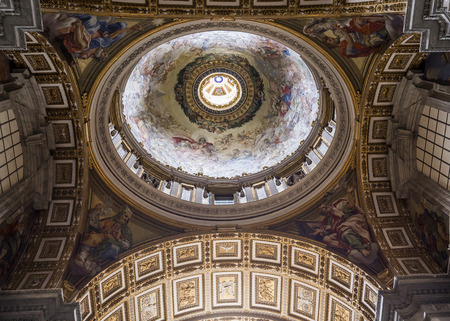 basilica di san pietro: VATICAN CITY, VATICAN   JUNE 15, 2015 : interiors and architectural details of Basilica of saint Peter, june 15, 2015, in Vatican city, Vatican