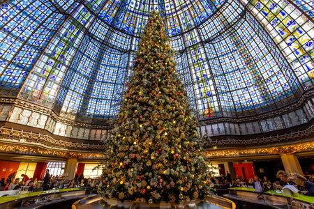 パリ、フランス、2015 年 12 月 14 日: ギャラリー ・ ラファイエットのクリスマスの装飾を保存、2015 年 12 月 14 日フランスのパリで 報道画像