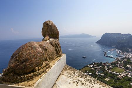 esfinge: Panorama de la estatua de la esfinge sobre la isla de Capri, Capri, Italia