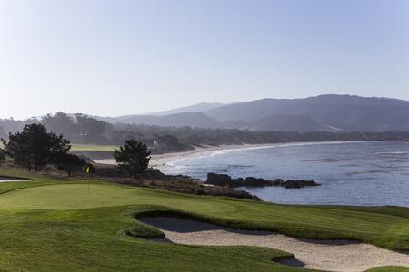 Una vista del campo de golf de Pebble Beach, Monterey, California, EE.UU. Foto de archivo - 53616281