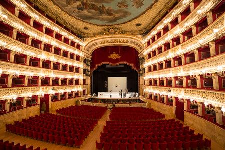 ナポリ、イタリア、2014 年 5 月 16 日、ジュゼッペ ・ ヴェルディ劇場・ ディ ・ サンで献辞カルロ、ナポリ、イタリアのナポリ オペラ座は、2014 年 5  報道画像