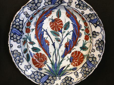 Turkish Iznik ceramic pottery dish, from Anatolia, Ottoman empire, 16th and 17th century Stock Photo