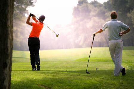 Mann Golfer in Aktion auf einem Golfplatz
