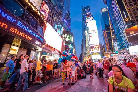 NEW YORK, VERENIGDE STATEN, 29 JUNI 2014: Mensen in Times Square, Manhattan, New York, VS, 29 juni 2014, in New York, VS