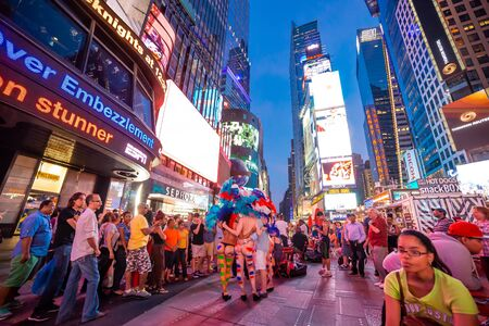 NUEVA YORK, ESTADOS UNIDOS, 29 DE JUNIO DE 2014: Gente en Times Square, Manhattan, Nueva York, Estados Unidos, 29 de junio de 2014, en Nueva York, Estados Unidos