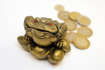 talism: rana sentada en un talism�n con los ojos rojos Foto de archivo