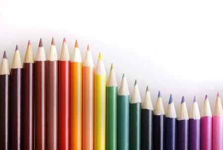 geschwungene linie: Eine gebogene Linie von Buntstiften auf wei�em Hintergrund mit Kopie Raum. Lizenzfreie Bilder