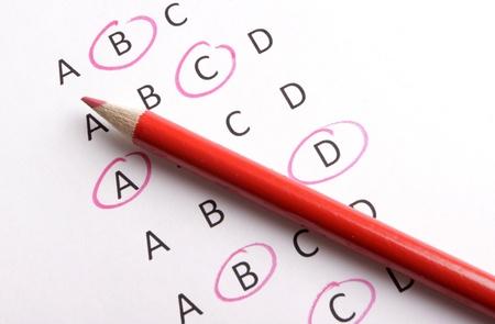 questionaire: Un cuestionario con l�piz rojo Foto de archivo