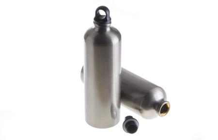 anodized: Dos botellas de agua de aluminio aislados en fondo blanco. Foto de archivo