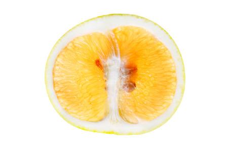 m�dula: Rebanada Pomelo aislado en el fondo blanco que muestra corteza y m�dula segmentos semillas carne y el n�cleo de la fruta