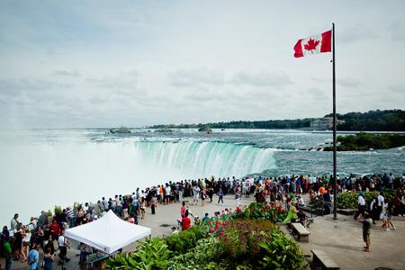 horseshoe falls: Niagara Falls Editorial