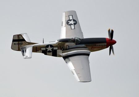 mago merlin: Fly by de un Mustang P-51D. Impulsado por un Merlin V-12 motor de Rolls Royce, uno de los mejores aviones jam�s se ha hecho. Editorial