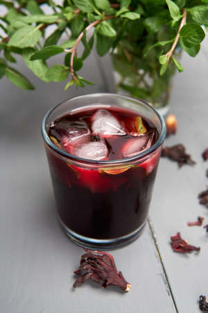 Delicious Jamaica water with dried flowers and mint also called Hibiscus tea Banque d'images