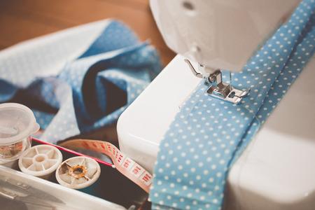 maquinas de coser: M�quina de coser con muchos utensilios de coser sobre una mesa de madera Foto de archivo