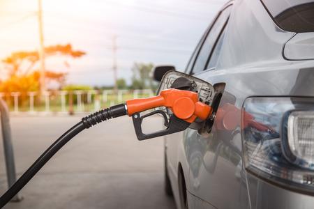 Füllen und Auffüllen Öl-Gas-Kraftstoff an der Station Standard-Bild - 49401434