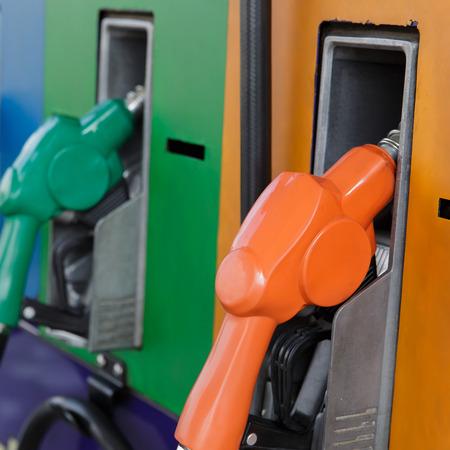gasolinera: Boquillas de gas de la bomba en una estaci?n de servicio
