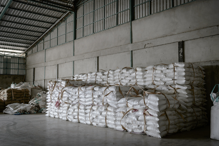 Hemp sacks containing rice in warehouse 免版税图像 - 131612308