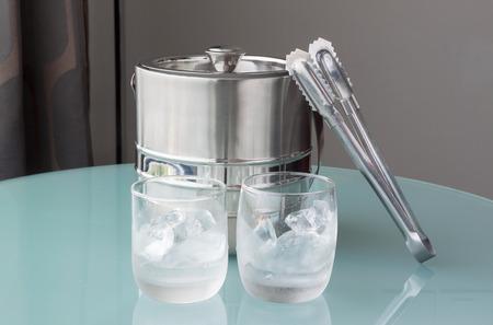 seau d eau: Verre d'eau froide et de la glace avec godet inoxydable