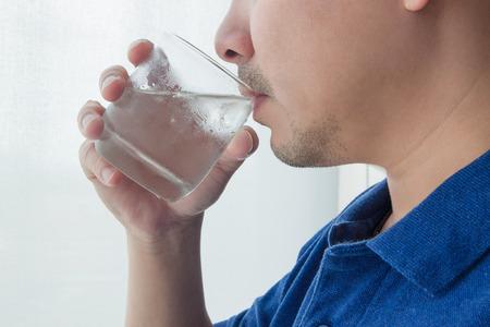 vaso de agua: Hombre de agua potable