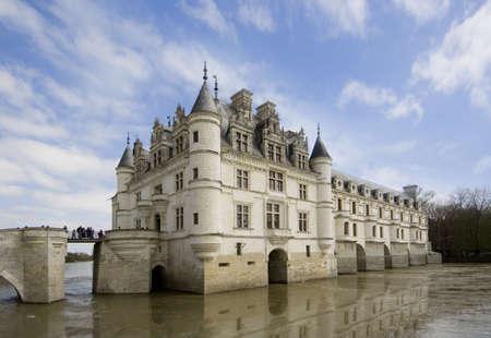 french renaissance: vista panor�mica de Castel y jard�n de Chenonceau durante el d�a del verano