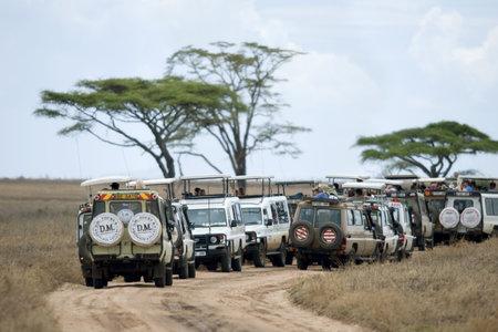 Fahrzeuge auf Safari in Afrika Serengeti National Park, Serengeti, Tansania,