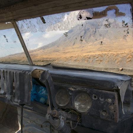 abandoned car: Volc�n de Tanzania, abandonado de viejo coche, Ol Doinyo Lengai, Tanzania