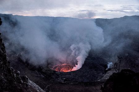 Cratere del vulcano nyiragongo in eruzione Archivio Fotografico - 74721810