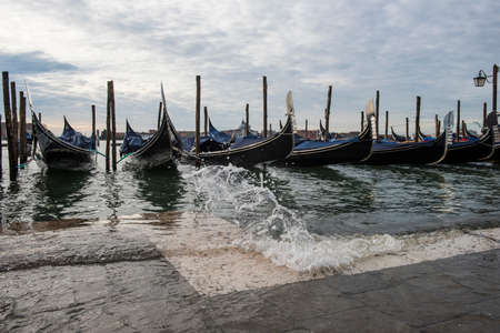 Venice, Italy - November 2, 2018: view on gondola during acqua alta 版權商用圖片 - 160785205