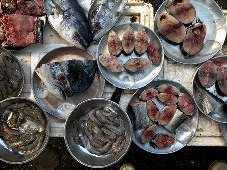 Top view on an assortment loose fish to sale at a fish market, Hue Market, Vietnam 版權商用圖片 - 160828866