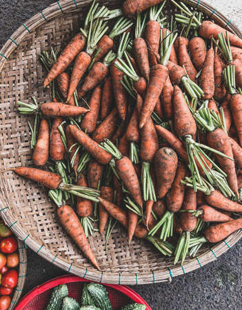 Fresh loose carrots for sale on a greengrocers market stall 版權商用圖片 - 160828917