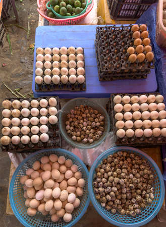 Top view on a assortment of loose eggs on a market, short circuit production Stockfoto