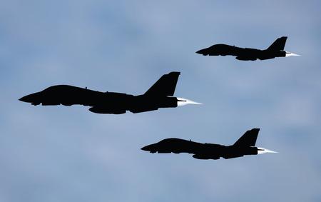 avion de chasse: illustration vectorielle de l'avion de chasse sur fond bleu