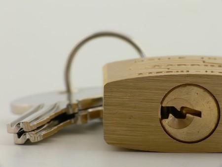 ruggedness: Primo piano immagine di un lucchetto con serratura e chiave