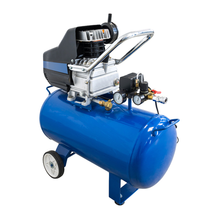 Compressore d'aria su sfondo isolato con tracciato di ritaglio. Uso della macchina della pompa o del motore pneumatico nella fabbrica di automobili.