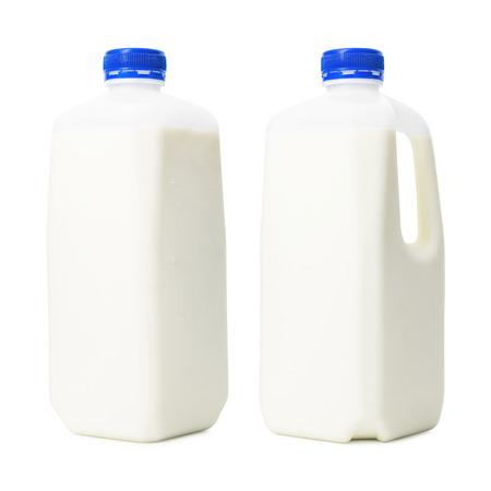 Verse melkflessen in litercontainer die op witte achtergrond wordt geïsoleerd. Ontbijtdrank voor de gezondheid. (uitknippad)