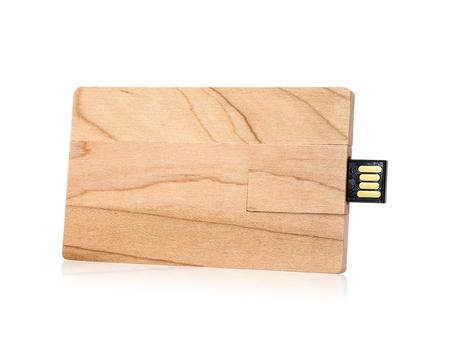 Lecteur flash en bois isolé sur fond blanc. Clé USB en bois dans un style concept de carte.