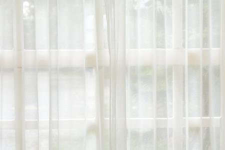 Tenda bianca e sfondo della finestra. Fondali mattutini.