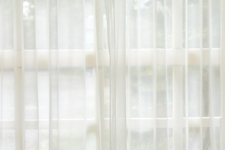 Weißer Vorhang und Fensterhintergrund. Morgen Kulissen.