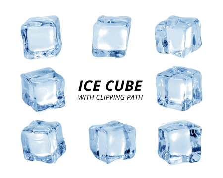 Cubo de hielo aislado sobre fondo blanco. Un trozo de hielo en forma de bloque.