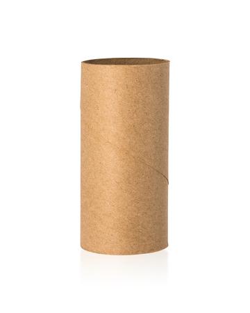 Noyau de tissus bruns isolé sur fond blanc. Rouleau de papier vide ou carton recyclé.