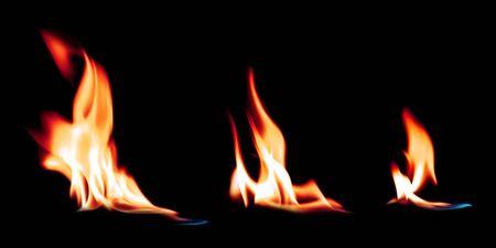 Flammes de feu chaud brûlant sur un fond noir pur. Effet de feu d'allumage brillant.