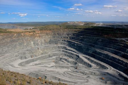 Vista aerea industriale della cava mineraria a cielo aperto con molti macchinari al lavoro - vista dall'alto. Estrazione di calce, gesso, calx, caol Archivio Fotografico