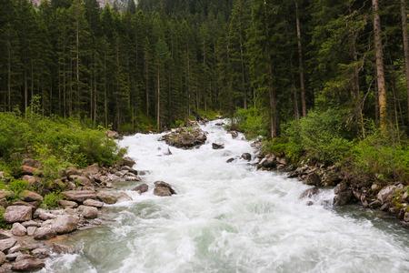 Visualizza la cascata di Krimml d'ispirazione alpina in montagna in una giornata estiva. Trekking nel Parco Nazionale Alti Tauri, Austria Archivio Fotografico