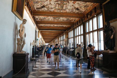 Florenz, Italien - 26. Juni 2018: Panoramablick auf das Innere und die Kunst der Uffizien (Galleria degli Uffizi) ist ein Kunstmuseum neben der Piazza della Signoria im historischen Zentrum von Florenz?