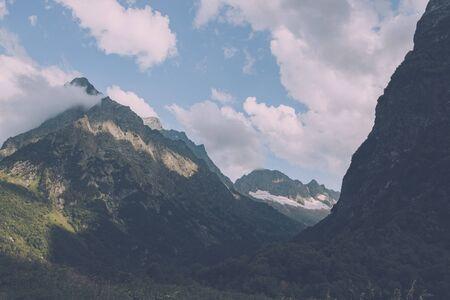 Panoramasicht auf die Bergszene im Nationalpark von Dombay, Kaukasus, Russland. Sommerlandschaft, Sonnenscheinwetter und sonniger Tag